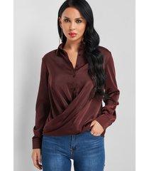 blusa de cuello clásico con diseño cruzado burdeos