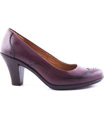 zapato de tacón con detalle en puntera rojo caprino
