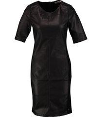 garcia zwart leerlook jurkje valt kleiner