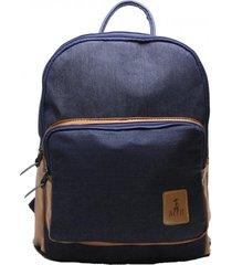 mochila em jeans blue com bolso com detalhes caramelo