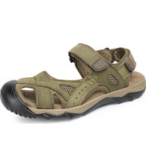 il piede di cuoio degli uomini protegge fuori i sandali esterni dell'anello del gancio