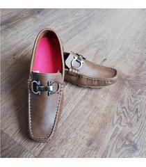 zapatos mocasines en ecocuero outfit café