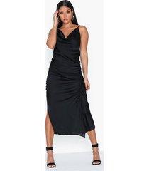 ax paris strap satin rouched dress maxiklänningar