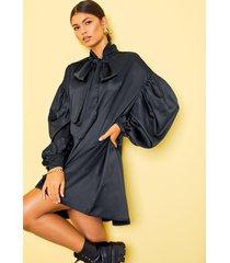satijnen blouse jurk met strik en grote schouders, zwart