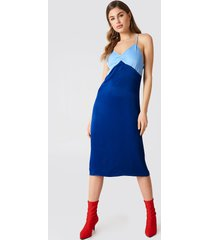 na-kd block colored slip dress - blue