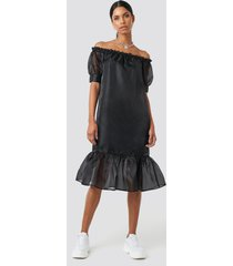 anna nooshin x na-kd off shoulder puffy mid flounce dress - black