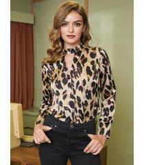 blusa de cuello gargantilla con diseño de botones de leopardo