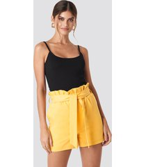 hannalicious x na-kd highwaisted paperbag suit shorts - yellow