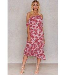 na-kd cold shoulder thin strap frill dress - multicolor