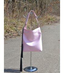 jasnoróżowa torebka z frędzlami