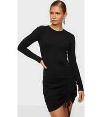 nly trend drawstring rib dress långärmade klänningar
