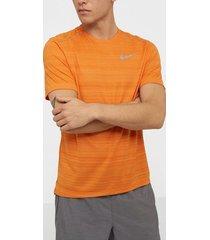 nike m nk dry miler top ss tränings t-shirts orange