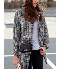 botón gris diseño abrigo con cuello de solapa