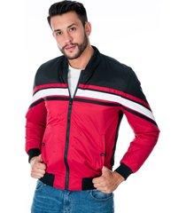 chaqueta para hombre roja y negra diseño de franjas cremallera y bolsillos laterales con broche de punto