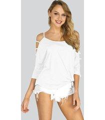 camiseta blanca de manga 3/4 con hombros descubiertos y detalle de tiras