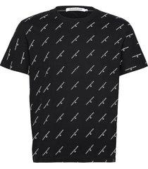 aop logo t-shirt t-shirts short-sleeved svart calvin klein jeans