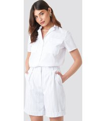 na-kd classic high waist striped shorts - white