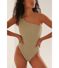 na-kd swimwear baddräkt med smock och en axel - beige