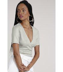 blusa feminina canelada transpassada manga curta decote v cinza