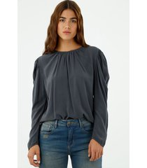 camisa de mujer, cuello redondo, manga larga de silueta fluida, color azul petróleo.