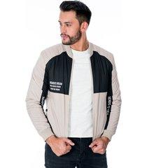 chaqueta para hombre beige y negra cremallera y bolsillos laterales con broche de punto