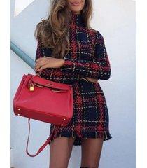 mangas largas de cuello alto a cuadros rojos vestido