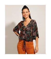 blusa ampla estampada floral com botões manga 3/4 decote v preto