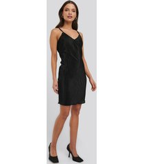 na-kd trend pleated slip dress - black