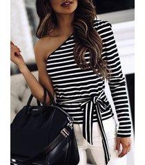 camiseta de manga larga de un solo hombro a rayas con diseño negro y corbata