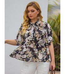 plus talla con ribete de volantes y estampado floral cuello blusa de medias mangas