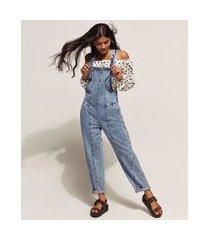 macacão jeans feminino baggy marmorizado com recortes e bolsos azul claro