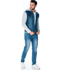 chaqueta de jean para hombre con mangas y capota en tela gris, bolsillos laterales y boton cobre