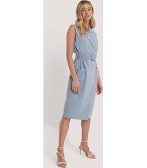 na-kd classic ärmlös midiklänning med bälte - blue