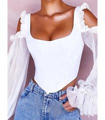 blusa blanca con ribete de volantes y hombros descubiertos