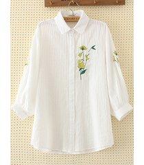 camicia sciolta in ricamo floreale con bottoni
