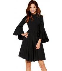 sukienka z rozszerzanymi rękawami