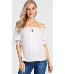 blusa de media manga con hombros descubiertos y encaje blanco