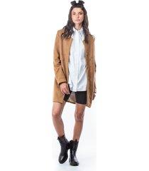 abrigo fluido color café y bolsillos tapeta