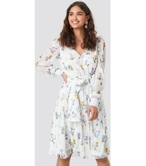 kae sutherland x na-kd puffy shoulder floral midi dress - white