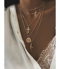 collar de múltiples capas con monedas y flores de crucifijo dorado