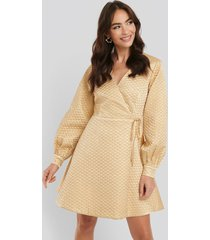 na-kd trend quilted overlap satin dress - beige