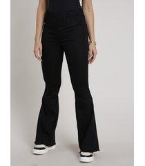 calça de sarja feminina flare cintura super alta com barra desfiada preta