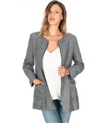abrigo gris claro liso cuello redondo cremalleras plateadas y bolsillos frontales
