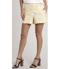 short feminino estampado de folhagem com bolsos amarelo