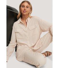 chloé b x na-kd oversize skjorta med fickor fram - beige