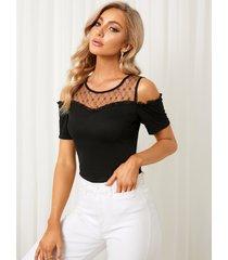 camiseta de manga corta con hombros descubiertos y diseño transparente de malla negra yoins