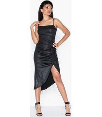 nly one coated slit dress fodralklänningar