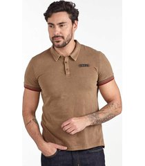 camiseta polo convicto bordado ocre - kanui