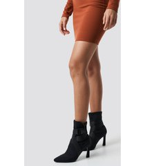 hannalicious x na-kd high heel belted boots - black