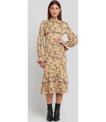 na-kd party ballon sleeve gathered midi dress - beige